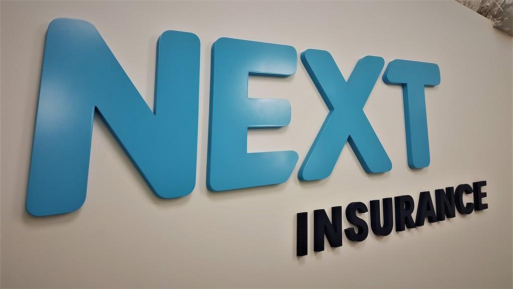 אותיות בולטות Next Insurance
