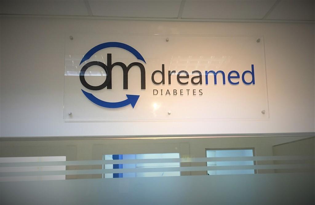 הדפסה על זכוכית לוגו DREAMED