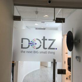 מדבקת התזת חול לוגו DOTZ
