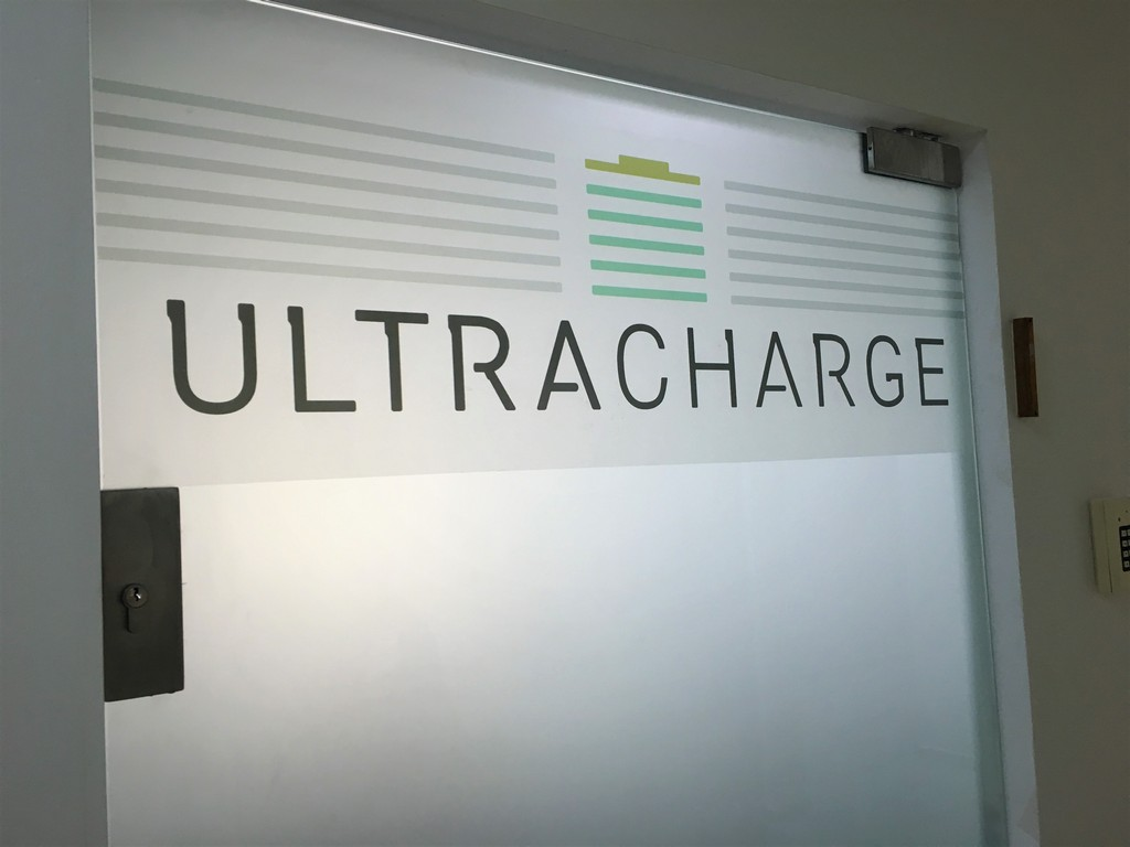 מדבקת התזת חול לוגו לדלת ULTRACHARGE