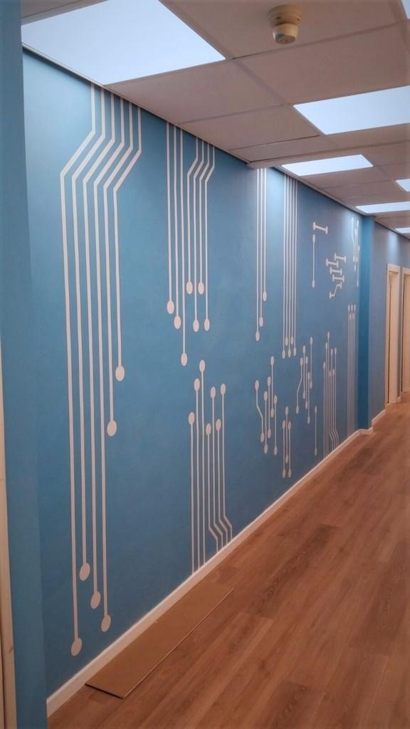 מדבקה צורנית על קיר כחול