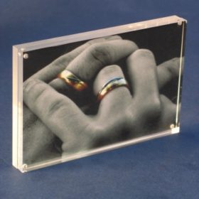 מתקן מגנטי לתמונה מפרספקס